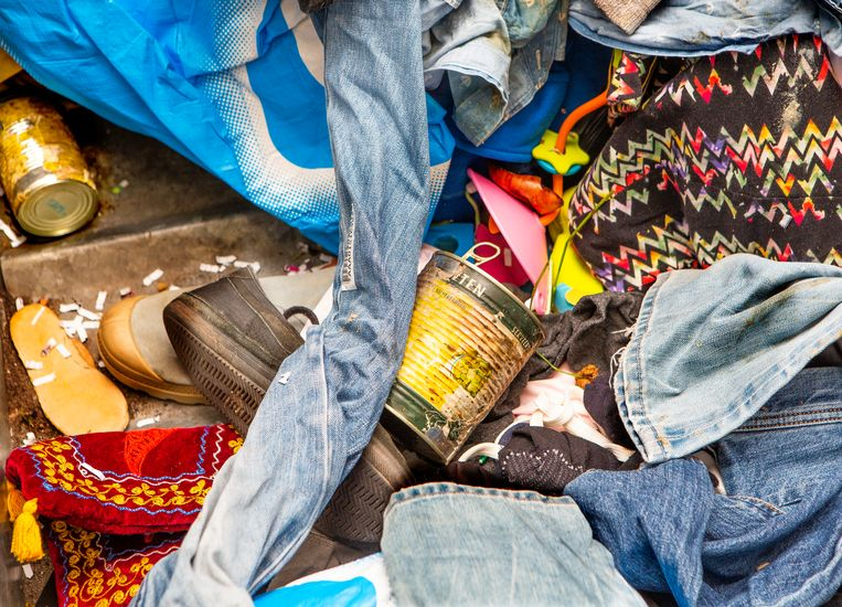 De kledingbakken van goede doelen zitten vol met huisvuil